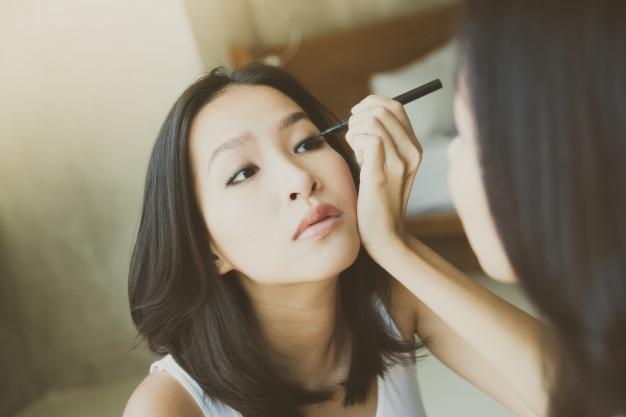 Apply perfect Eyeliner